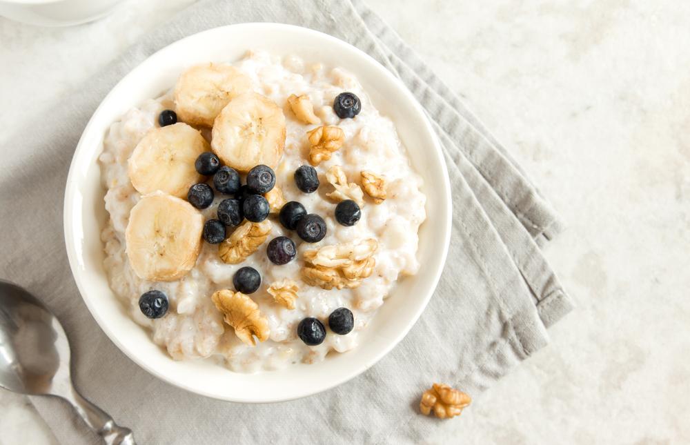 Овсяная каша с фруктами на завтрак