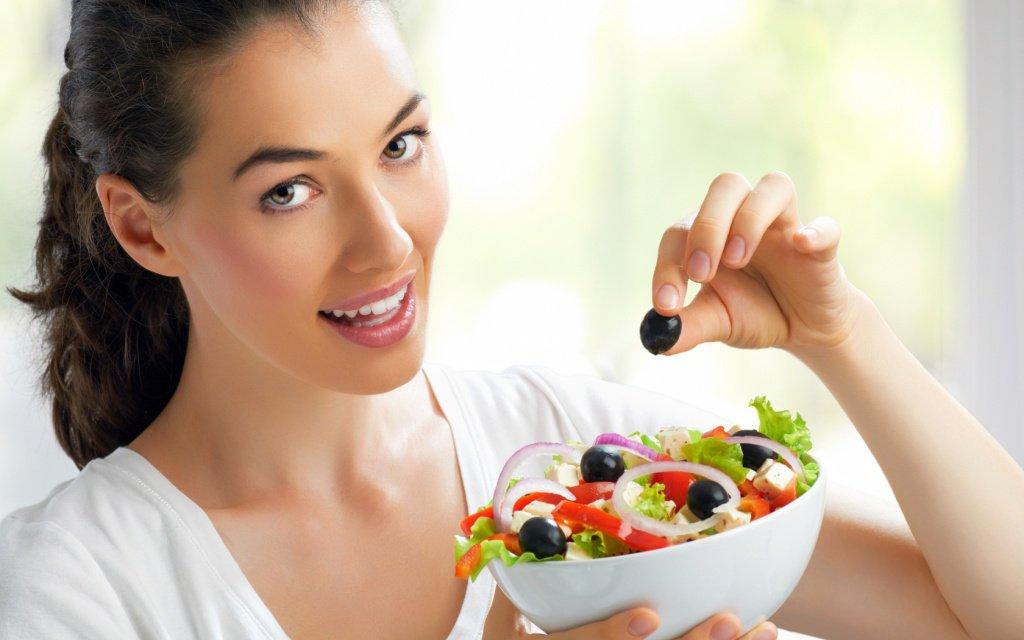Перекус легким салатом