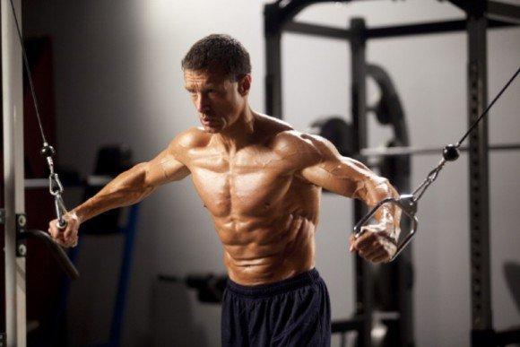 Сведение рук в тренажере для мышц груди