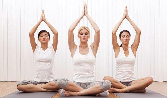 Групповые занятия по йоге в фитнес-клубе
