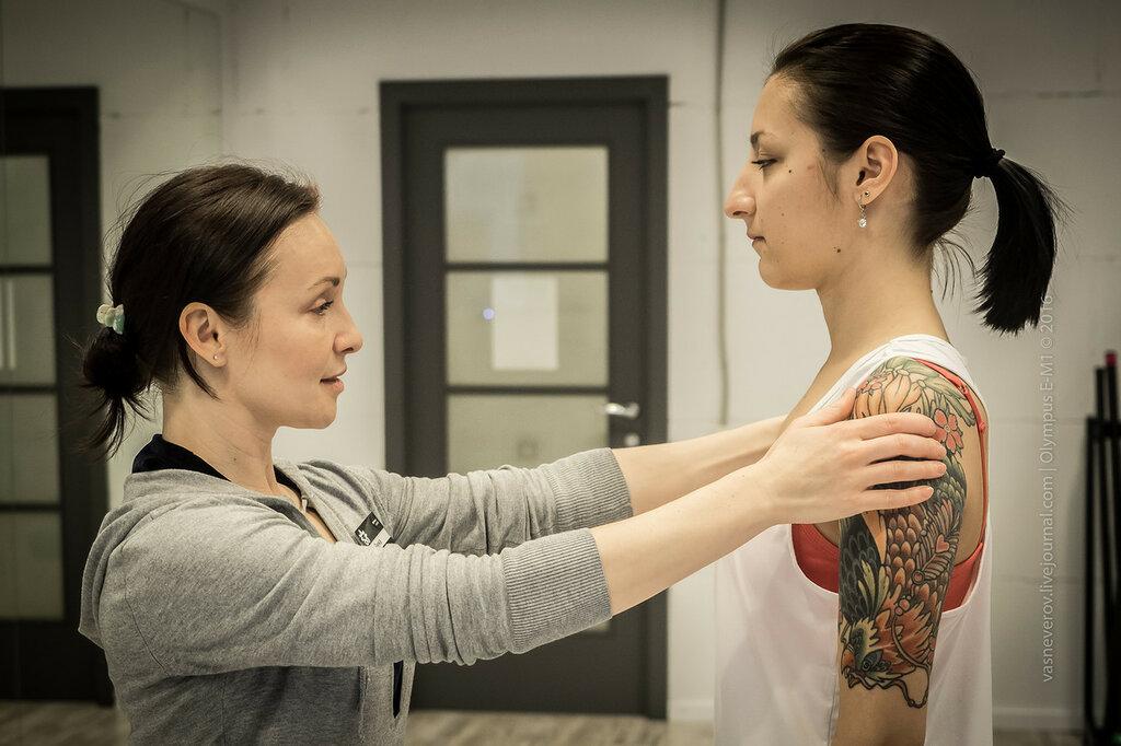Визуальная оценка осанки и симметрии по плечам и шее