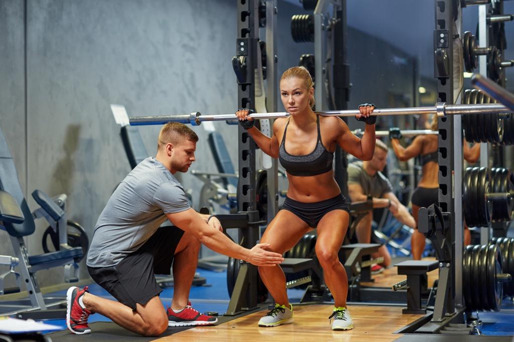 Базовое упражнение пауэрлифтинга — приседания со штангой