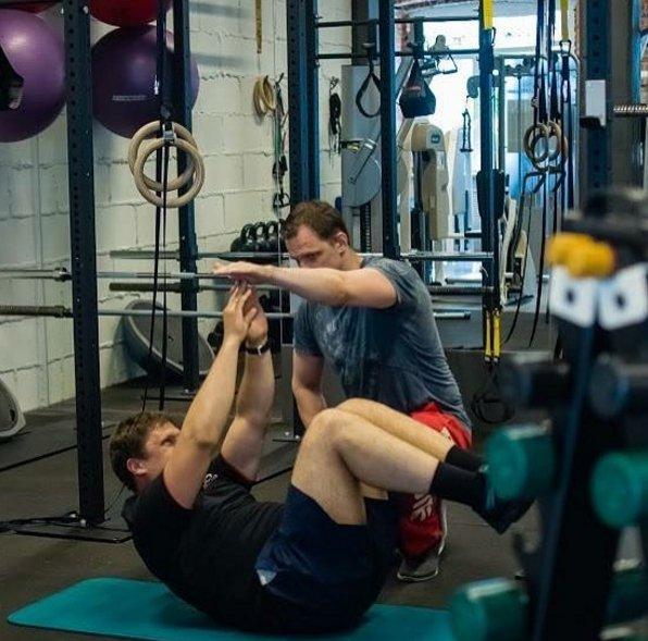 Персональная тренировка с фитнес-тренером, упражнение на пресс