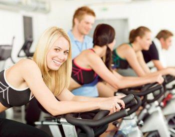 Тренировка в фитнес-клубе на велотренажерах