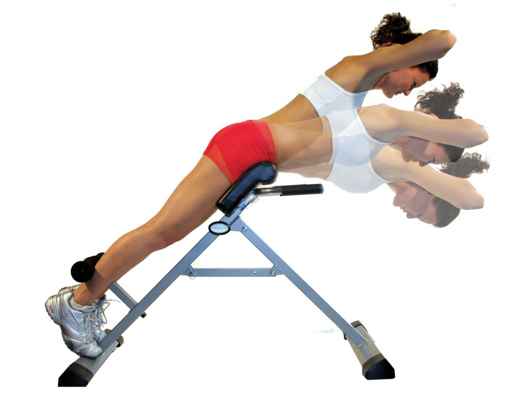 Выполнение упражнения для спины гиперэкстензия