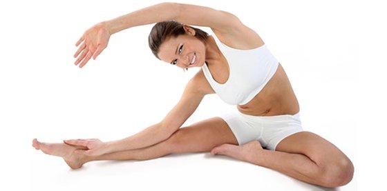 Упражнение для растяжки: наклоны к ноге в положении сидя