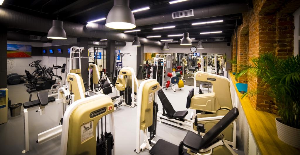 Тренажерный зал фитнес-клуба «Манго» в Москве