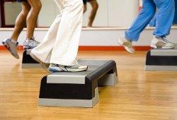 Степ-аэробика — разновидность танцевальной аэробики в фитнес-клубе «Манго»