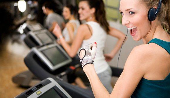 Занятие на беговой дорожке в фитнес-клубе